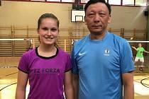 Badmintonistka Dobiášová a čínský trenér Zhou Jun Ling.