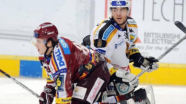 Peter Jánský (vpravo) ještě v dresu Litvínova v duelu proti Spartě, kde teď bude hrát.