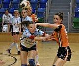 Starší dorostenky DHK Baník Most (v oranžovém) v rozhodujícím zápase Česko-slovenského poháru s Prešovem.