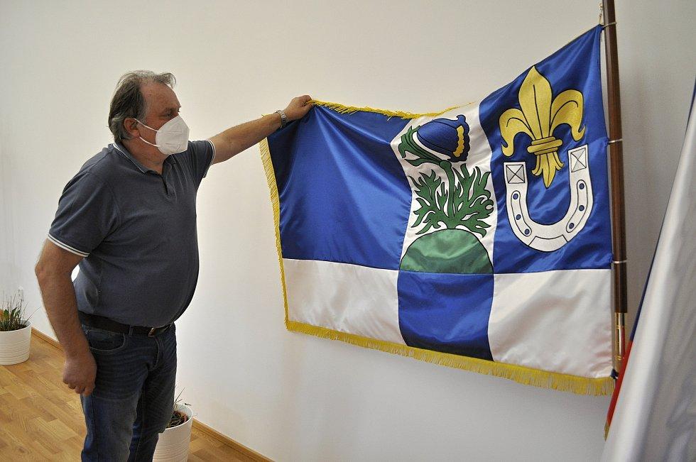 Starosta Jindřich John s vlajkou obce Lužice. Podkova symbolizuje vísku Svinčice, která spadá pod Lužice a má chov koní.