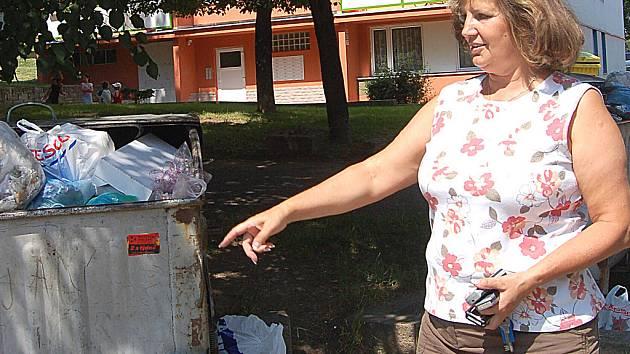 Místostarostka Obrnic Drahomíra Miklošová ukazuje přeplněné popelnice na tamním sídlišti.