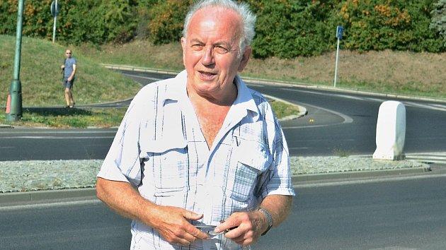 Vlastimil Reiner na mostecké ulici SNP pod nemocnicí, kde skauti ve stejnokrojích naváděli kolonu transportérů do slepé ulice, aby je zmátli.