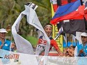 Jakub Langhammer probíhá cílem posledního závodu sezony. Konal se v Thajsku.