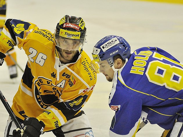 Litvínovský útočník Viktor Hübl (ve žlutém) v zápase proti Třinci.