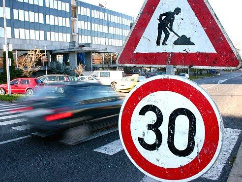 Silnice je sice otevřena, řidiči zde ale musí počítat s dopravním omezením a také zatím se zmateným značením.