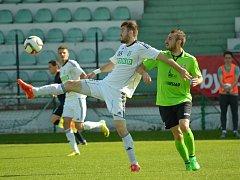 Poslední utkání druholigové sezony mezi Mostem (v zeleném) a Karvinou.