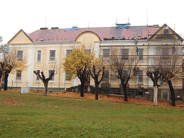 Vilový dům vzniká v areálu mosteckých kasáren přestavbou z historické budovy.
