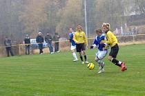 Fotbalisté litvínovské rezervy (vpravo) získali doma nad celkem Modré pouze bod za remízu 1:1.