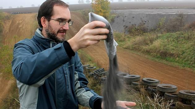 Reportér Mosteckého deníku Martin Vokurka v pískovně, kde už nákladní auta navezla první hromady zpracovaného elektrárenského popela. Vyzkoušel, jak moc prášek práší.