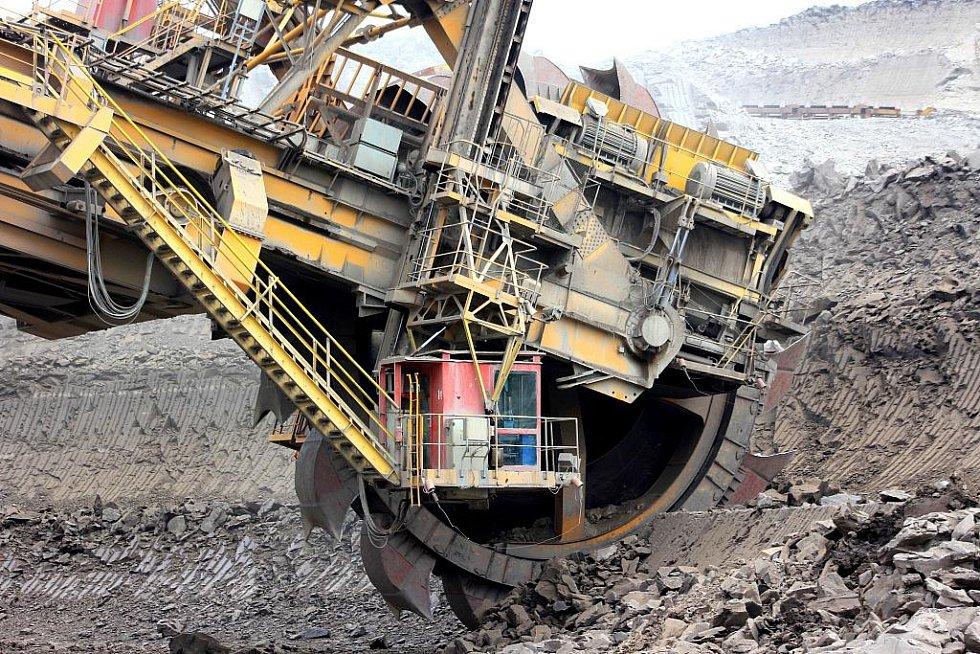 Rýpadlo KU300 váží 1250 tun. Koleso těžící skrývku má průměr 7,3 metru. Obsluhují je čtyři lidé.