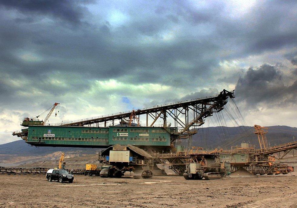 Kráčející korečkové rýpadlo označované jako RK5000 je vysoké 40 metrů. Pracuje na něm šest lidí.