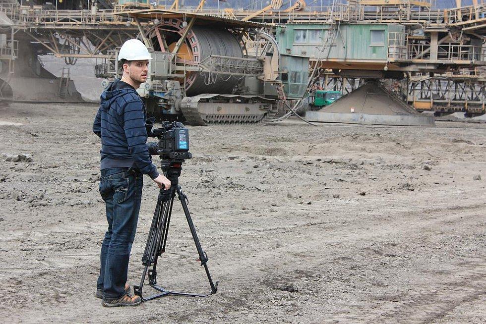 Kameraman natáčí dobývání uhlí.
