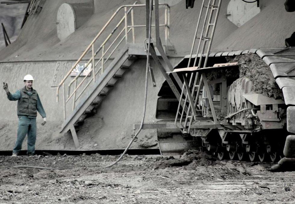Dělník při přestavbě pásového dopravníku.