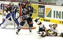 Liberec (v modrém) slavil na litvínovském ledu těsnou výhru 1:0.