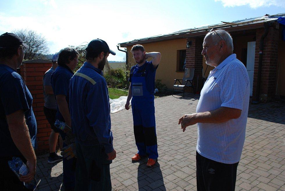 Dobrovolníci pomáhají ve Stebně, sobota 3. července. Vpravo Tomáš Ratiborský, předseda Okrašlovacího spolku Stebno.