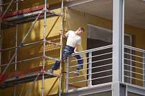 Investice do výstavby nových budov a do modernizace panelových domů zvyšují poptávku po volné pracovní síle. Na snímku stavba bytové rezidence Odeon v centru Mostu, kde do konce roku vznikne stovka nadstandarních bytů.