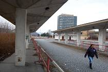 Opuštěné a nevyužívané autobusové nádraží v Mostě. Meziměstská doprava se dávno přesunula jinam.