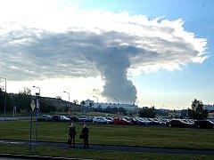 Pára z elektrárny v Počeradech připomíná atomový hřib.