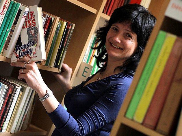 Vedoucí oddělení pro dospělé Hana Polívková.