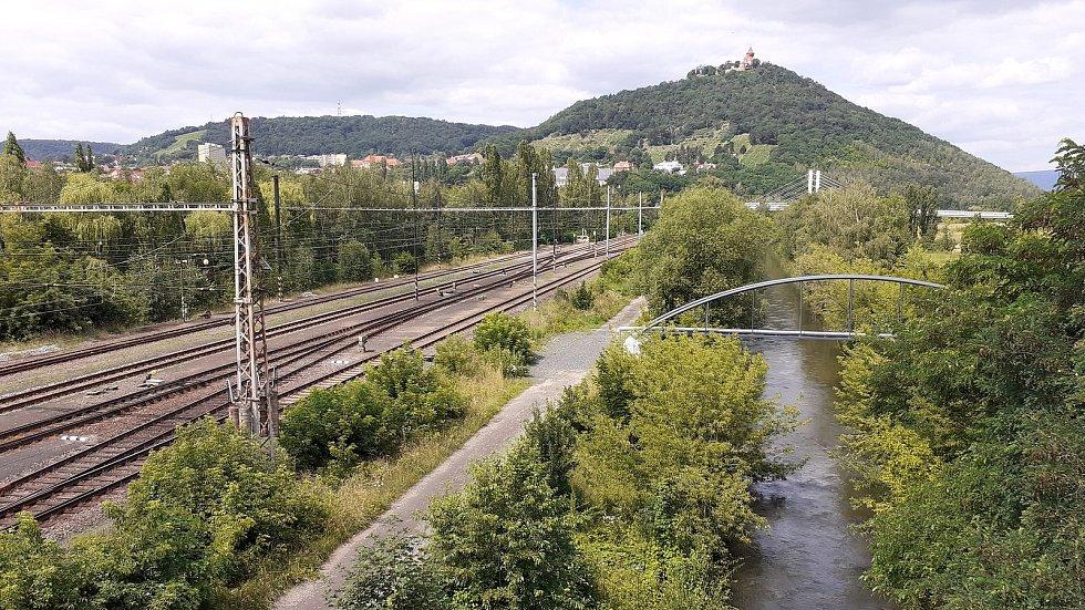 Mostecký koridor s dopravními tepnami a přemístěnou řekou Bílina odděluje město od jezera Most.