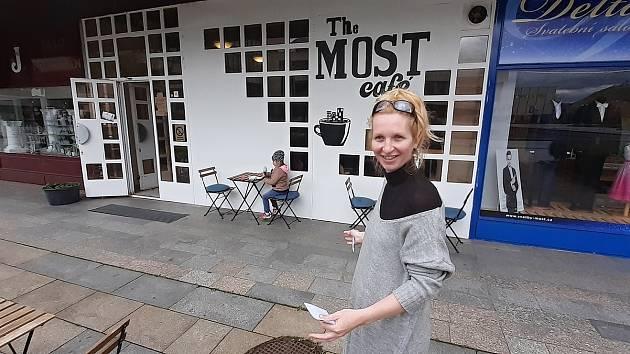 Kulturní kavárna The Most café otevřela zahrádku. Na snímku kavárnice Klára Smrčková.