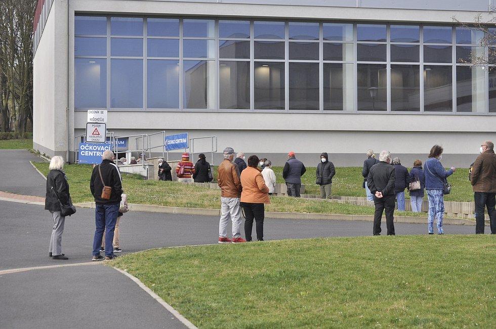 Dlouhá fronta lidí se vytvořila ráno ve čtvrtek 22. dubna u velkokapacitního očkovacího centra, které zahájilo provoz v tělocvičně Sportovní haly Most.