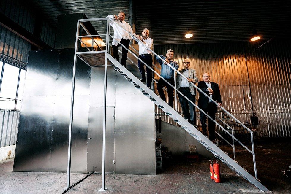 Zástupci české high-tech společnosti LOGeco pózují u vynálezu umístěného v hale nedaleko Mostu.
