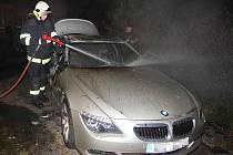 Hasiči zasahují u požáru luxusního BMW