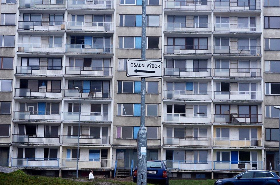 Panelák v ulici Gluckova č. p. 271 - 276 v Janově se bude bourat