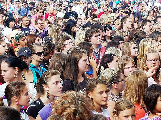 Mládež na koncertu skupiny Mandrage.