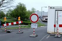 Od úterý 23. dubna je uzavřena křižovatka u mosteckého aquadromu a byla tak zahájena výstavba kruhového objezdu u aquadromu, na křižovatce ulic Lipová a Topolová.