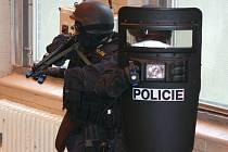 Policisté se chystají zneškodnit teroristy.