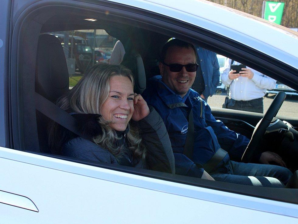 Jedna z handicapovaných účastnic právě nasedla do elektromobilu Tesla. O pár chvilek později se auto neslyšně rozjelo a ona si vychutnala zážitek z jízdy.