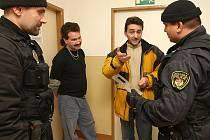 Strážníci s povedenou dvojicí podvodníků.