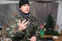 Prodavače Pavla Mertina zloděj s pistolí od prodeje vánočních stromků neodradil. Letos je nabízel v Litvínově u Tesca. Rozladil ho ovšem fakt, že bude muset jít v lednu znovu svědčit k soudu.