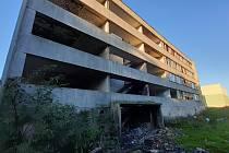 Zdevastovaný panelák č. 6 v mosteckém Chanově je určen k demolici. Bude součástí návrhu městského rozpočtu na rok 2022.