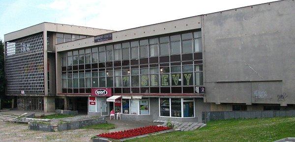Bývalé sídlo KSČ vMostě, kde je nyní Jungle Aréna.