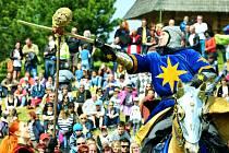 Rytířský turnaj u kostela v Mostě při loňské oslavě Karla IV.