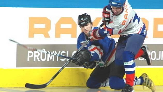 V sobotu v areálu netradičních sportů hokejbalisté Penta (bílé dresy) přivítali Karvinou.