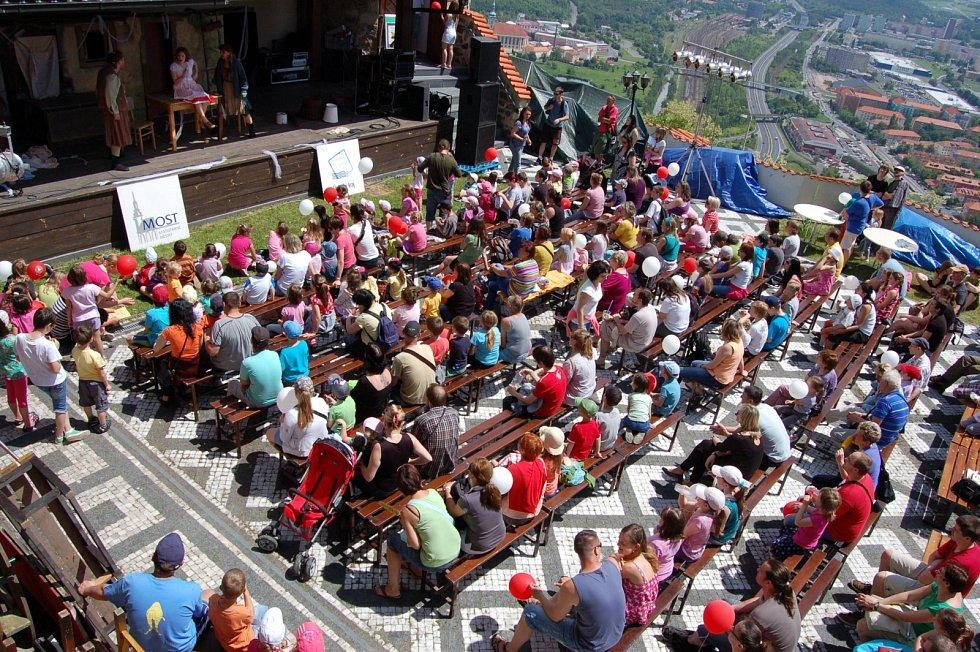 Na kopci Hněvín, kam v seriálu vede křížová cesta, není kostel, ale pěkný hrad, kde se v létě konají akce pro lidi.