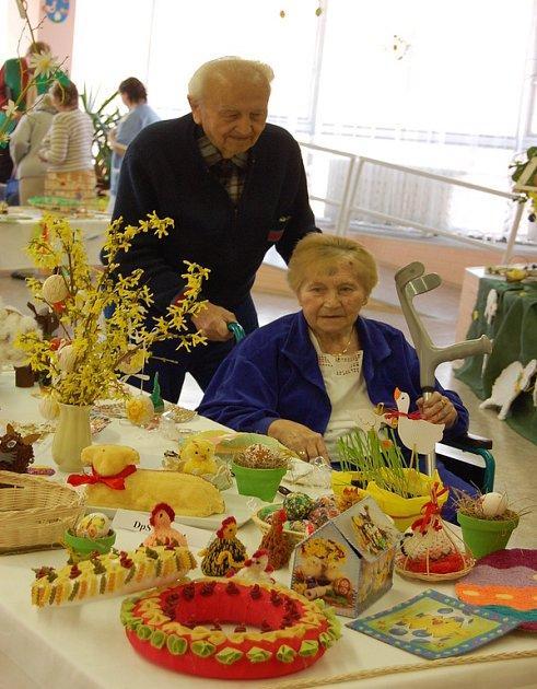 Výstavu si přišli prohlédnout klienti domova pro seniory. K vidění byly rozmanité výrobky, vždy však na téma Velikonoc.