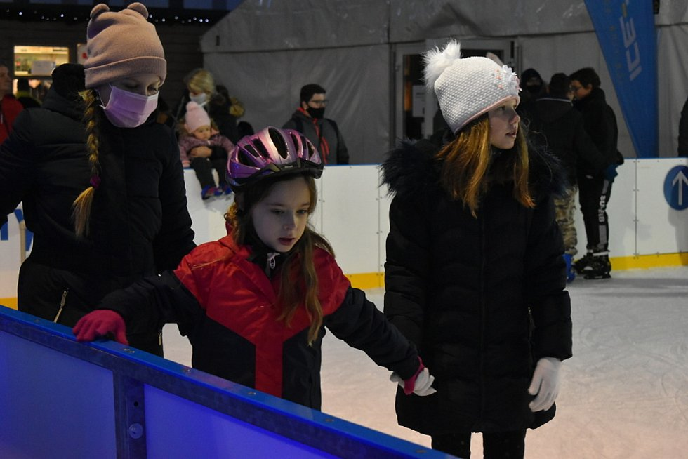 Veřejné bruslení na umělé ledové ploše venku před Olympií