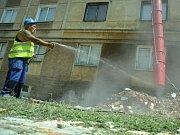 Imrich Gorol kropí stavební prach u bloku 60 v mostecké ulici Táboritů