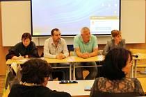 Zastupitelé zvolení za ANO (zleva) Pavla Tomášová, Jiří Fedoriška, Roman Ziegler a starostka Kamila Bláhová při debatě.