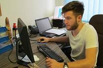 Pavel Francouz rozproudil na Twitteru velkou diskusi. Na snímku je při on-line rozhovoru v redakci Mosteckého deníku.