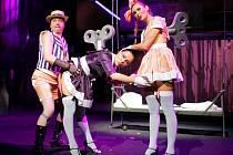 Zvrácenost doby ukazují i kabaretní čísla, jedno z těch nejlepších vystřihl Jakub Dostál s dvojicí Kit-Kat girls.