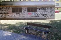 Lavička v mosteckém parku za blokem 265, kde ležela mrtvola a kde se kouří marihuana.