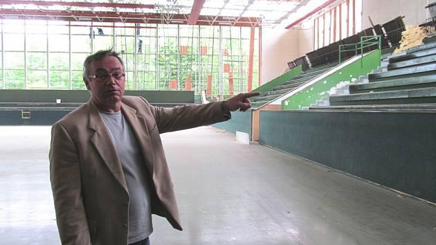 Miroslav Otcovský, jednatel společnosti SPORTaS, stojí v srdci rekonstruované sportovní haly.