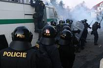 Policejní zásah proti demonstrujícím radikálům v Janově.