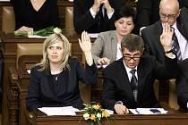 Hana Aulická Jírovcová (vlevo) na úplně prvním zasedání Sněmovky po volbách v roce 2013 seděla vedle ministra financí Andreje Babiše.